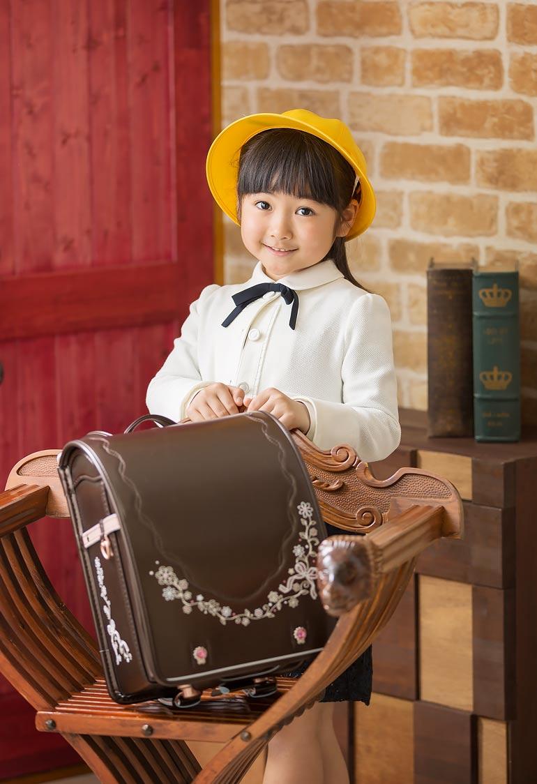 入学記念-女の子と黄色い帽子