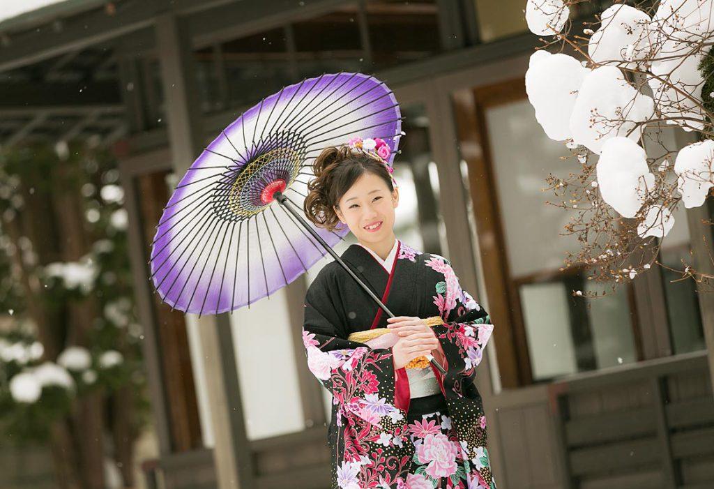 外で撮影-成人女性の傘半身