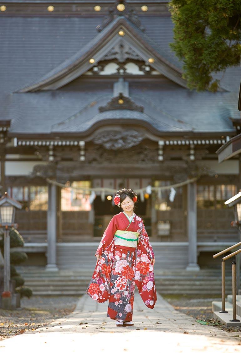 神社の前で成人女性撮影
