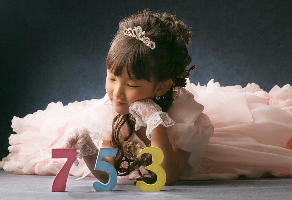 七五三ドレスの女の子