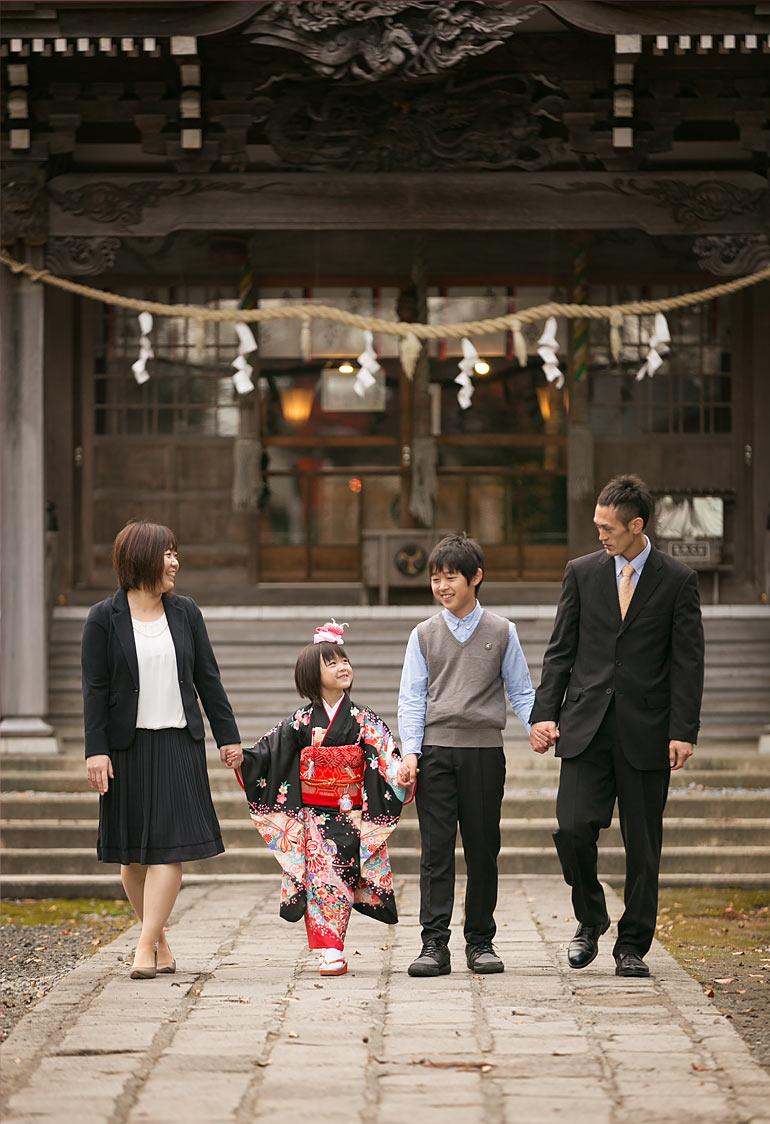 七五三-神社で家族の写真